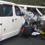 LAKA MUDIK: Mobil Mitsubishi L 300 dan Daihatsu Grand Max tabrakan di Jalan Puncak Ciloto Cipanas pada akhir mudik.