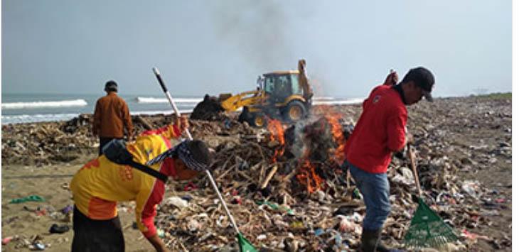 Sejumlah relawan saat membersihkan Pantai Loji, di Desa Loji, Kecamatan Simpenan