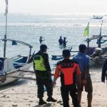 PENYISIRAN: Petugas gabungan saat melakukan pencarian korban yang tenggelam akibat terseret ombak di Pantai Ujung Genteng.