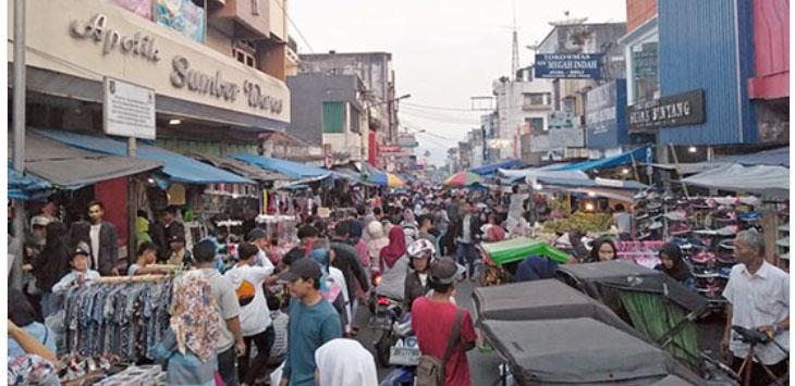 BERDESAKAN: Sejumlah warga berdesakan di Jalan Harun Kabir, Kota Sukabumi, Minggu (10/6).