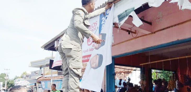 DITERTIBKAN: Satpol PP Kabupaten Sukabumi saat menurunkan APK salah satu Calon Gubernur Jawa Barat karena sudah memasuki masa tenang.
