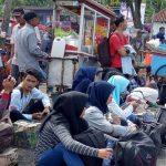 TUNGGU BIS: Sejumlah calon penumpang terlantar di Terminal Pasirhayam Cianjur.