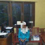 DIPERKOSA: RN (14) (tengah) pelajar SMP warga  Naringgul, Cianjur Selatan, melaporkan perbuatan HR (22) pelaku yang memperkosanya di Mapolsek Naringgu, Sabtu (23/6).