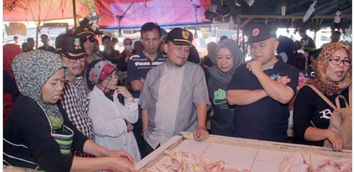 DIPANTAU: Pj Walikota Sukabumi, Dady Iskandar bersama unsur kedinasan Kota sukabumi saat mengecek sejumlah pedagang di Pasar Gudang