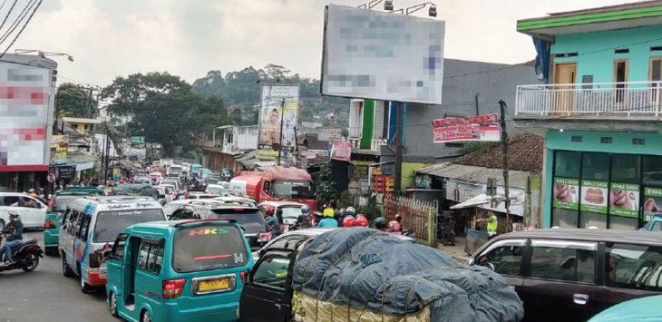 Penampakan kemacetan di simpang ratu Cibadak.