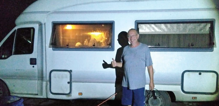 KELILING DUNIA: Salah seorang warga Swiss Charistian (58) ketika tiba di Stasion Suryakencana, Kota Sukabumi, Jumat (22/6).
