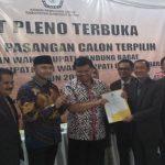 PENETAPAN: KPU Kabupaten Bandung Barat (KBB) memutuskan pasangan calon bupati dan wakil bupati KBB nomor urut tiga, Aa Umbara Sutisna-Hengky Kurniawan (Akur) sebagai pemenang Pilkada KBB 2018, Rabu (25/7). Ist