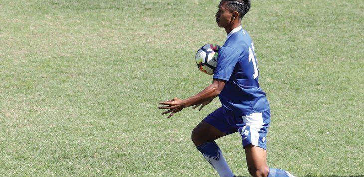 LATIHAN: Agung Mulyadi menahan bola saat menjalani sesi latihan di Stadio GBLA. Ist