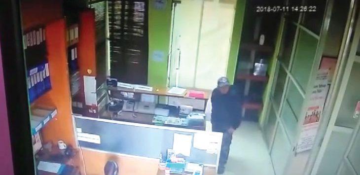 AKSI: Dalam potongan video CCTV Kantor Ombudsman, nampak sudah familiar dengan tempat kejadian. CAPTURED