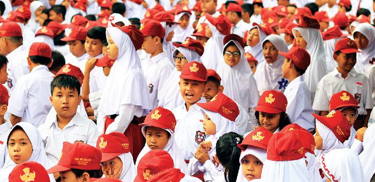 AKTIFITAS ANAK SEKOLAH: Sejumlah siswa-siswi saat akan mengikuti upacara di salah satu SD Negeri di Kota Depok. Ahmad Fachry/Radar Depok