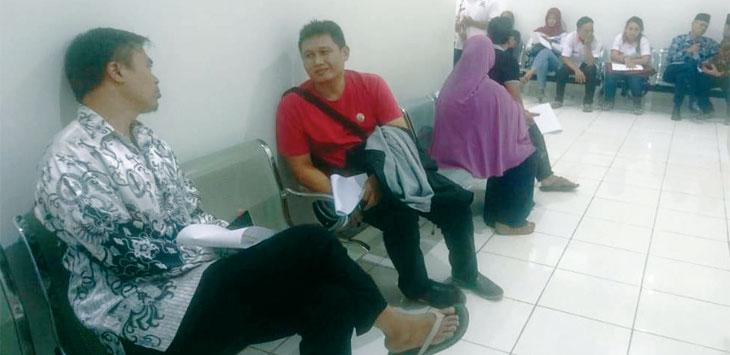 TES KESEHATAN: Bakal calon legislatif menunggu giliran untuk tes kesehatan di Rumah Sakit Umum Daerah Bayu Asih Purwakarta. Gani/Radar Karawang