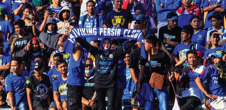 BOBOTOH: Sejumlah suporter Persib Bandung, Bobotoh saat memberi dukunga kepada Maung Bandung. RIANA SETIAWAN/ RADAR BANDUNG
