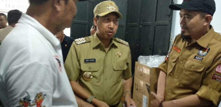 Pjs Walikota Cirebon, Dedi Taufik (tengah), saat ditemui di kantor KPU Kota Cirebon tentang program