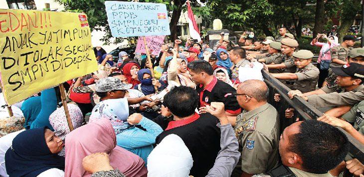 PROTES MENGENAI PPDB: Sejumlah warga yang mengaku miskin di Kota Depok saat menggelar unjuk rasa mengenai pelaksanaan PPDB tingkat SMPN di Balaikota Depok, rabu 911/7/18). Ahmad Fachry/Radar Depok