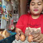 Pemilik warung di bilangan Bekasi Utara, Sita. (Foto: Yurizkha Aditya/PojokBekasi)