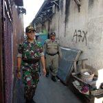 Satpol PP saat merazia di gang jalan Siliwangi Kota Cirebon. Foto: Alwi
