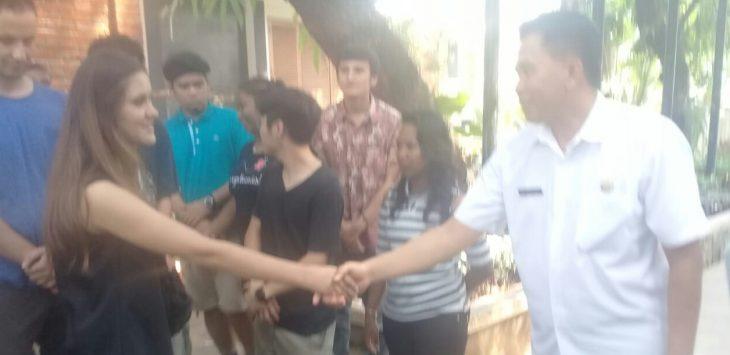Pj.Bupati Purwakarta saat bersalaman dengan salah satu wisatawan asal Uzbekistan yang berkunjung ke Purwakarta./Foto: Ade