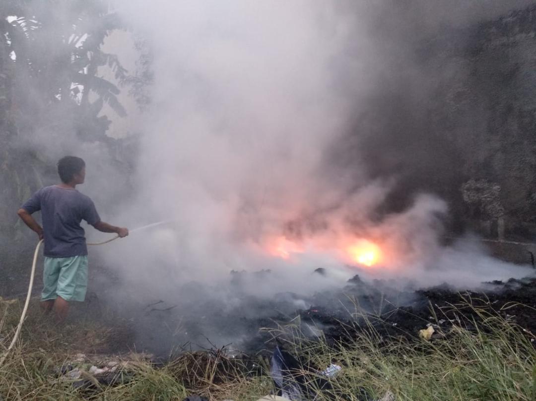 Warga memadamkan api di TPS sebelum kedatangan petugas Damkar. Foto: Alwi