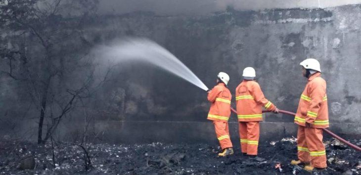 Petugas pemadam kebakaran Kabupaten Cirebon saat memadamkan api yang membakar di TPS. Foto: Alwi
