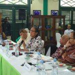 Anhar Granggong (Pegang Mic) saat berbicara dalam FGD dengan tema membangun Budaya Nasional Berbasis Bahari di Keraton Kasepuhan. Foto: Alwi/pojokjabar.com
