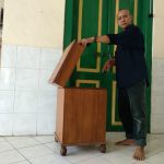Pengurus masjid memperlihatkan kotak amal yang dicuri, Senin (23/7/2018)