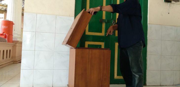 Pengurus masjid memperlihatkan kotak amal yang dicuri, Senin (23/7/2018)./Foto: Alwi