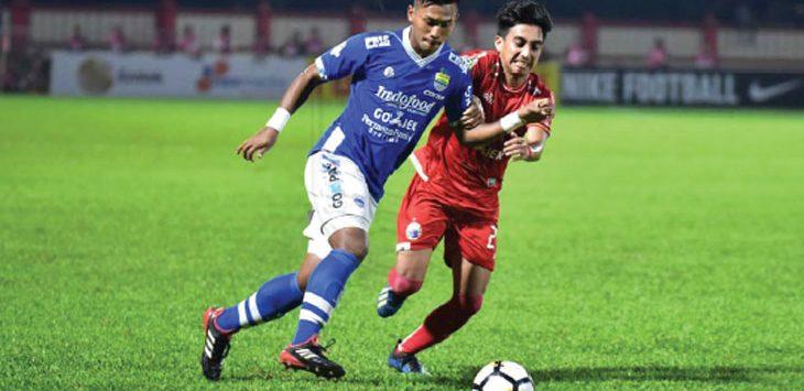 DIHADANG: Indra Mustafa dikawal pemain Persija Jakarta di Liga 1 Go-jek 2018 di stadion PTIK, Jakarta Selatan. Ist