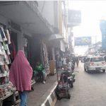 SEMRAUT: Sejumlah PKL berjejer di trotoar Jalan A Yani, Kota Sukabumi.