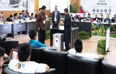 HASIL AKHIR: KPU Jabar didampingi Bawaslu, timses dan saksi empat calon saat menghadiri rapat pleno terbuka rekapitulasi hasil penghitungan suara tingkat provinsi yang digelar KPU Jabar di Kantor KPU Jabar, Jalan Garut, Kota Bandung, Minggu (8/7). Ricky/Radar Depok