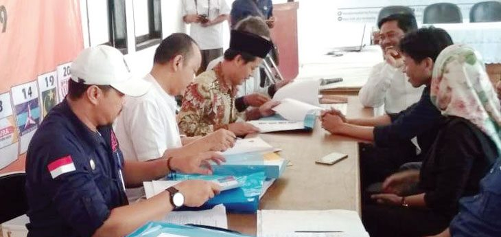 VERIFIKASI: Petugas memeriksa berkas bacaleg yang sudah didaftarkan ke KPU. Gani/Radar Karawang