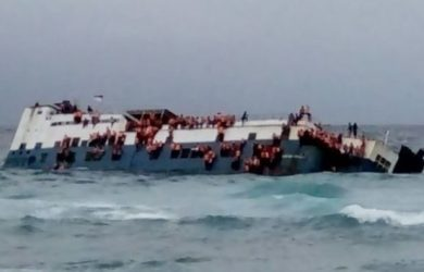 Kapal feri KM Lestari Maju dalam kondisi miring hendak tenggelam di Selat Selayar, Selasa (3/7/2018)