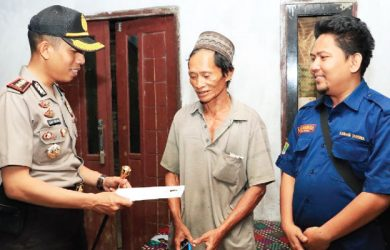 BERI HADIAH : Kapolres Karawang AKBP Slamet Waloya memberikan hadiah kepada Talim warga Pucung yang dua hari lalu mengangkat mayat bayi dari saluran irigasi Bakan Tambun, Desa Pucung, Kecamatan Kotabaru.