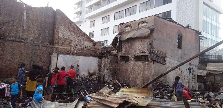 PUNGUT: Sejumlah korban kebakaran di gang Tera, Bandung mencari harta benda yang bisa diselamatkan aibat dilalap si jago merah. AZIS ZULKHAIRIL/RADAR BANDUNG