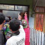 PADAMKAN API: Petugas Damkar Sumedang saat berusaha memadamkan api yang melahap rumah warga di Perum Mekarsari, kemarin. Api diduga berasal dari puntung rokok. AGUN GUNAWAN/RADAR SUMEDANG