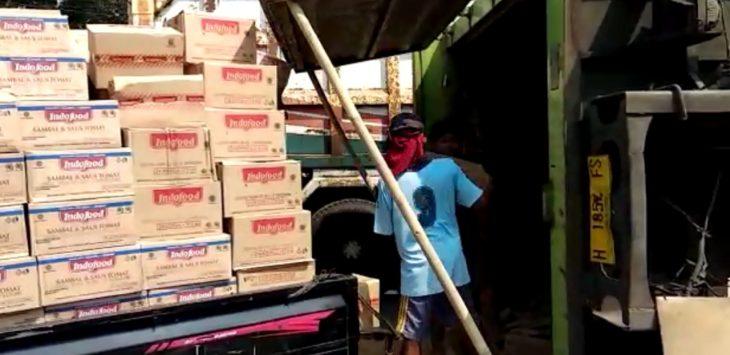 Barang dari truk fuso sedang dipindahkan./Foto: Alwi