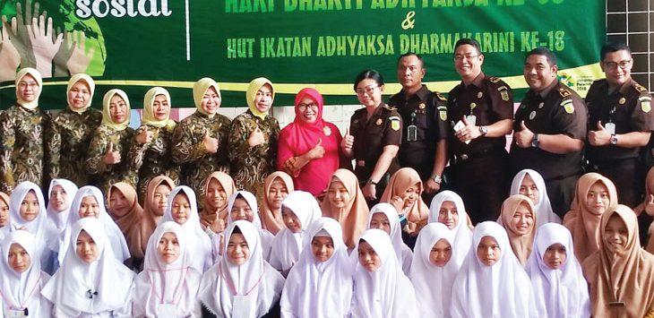 BERBAGI: Jajaran Kejari Depok usai melakukan bakti sosial di Yayasan Uswatun Hasanah, Jalan RRI, Kampung Serab, Kecamatan Sukmajaya, kemarin. RUKBIANTO/RADAR DEPOK