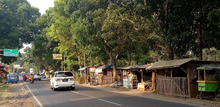 Deretan Kios di Jalan raya Jalancagak Subang dianggap menggangu arus lalu lintas jelang Asian Games. Anwar/Radar Bandung