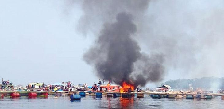 DIBAKAR: Kolam jaring apung milik terduga pencurian ikan dibakar massa akibat kesal ikan sering hilang sebelum panen. Gani/Radar Karawang