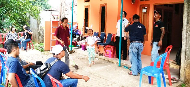 RUMAH DUKA: Kondisi haru nampak terlihat di kediaman korban peluru nyasar di Kampung Cilangkap, RT2/14 Leurahan Cilangkap, Kecamatan Tapos. Keluarga korban menyerahkan kasus tersebut ke pihak kepolisian. RUBIAKTO/Radar Depok