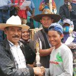 BERIKAN TROFI: H. Umuh Muchtar didampingi camat Tanjungsari, dan tokoh masyarakat Desa Raharja H. Danu saat memberikan trofi kepada salah seorang pemenang dalam kegiatan balap kuda di Desa Raharja. TOHA HAMDANI/RADAR SUMEDANG