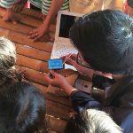 PERAGAKAN ALAT: Sejumlah mahasiswa Mipa Unpad memperagakan alat bantu kenal huruf yang mereka ciptakan. Net