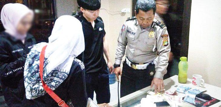 BARANG BUKTI: Perwakilan korban pencurian mahasiswa asal Korea sedang memberi keterangan kepada polisi, kemarin. IMMAWAN/RADAR DEPOK