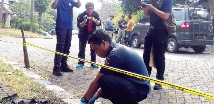 DALAM PENYELIDIKAN: Petugas Polresta Depok melakukan olah TKP tempat mobil Neno Warisman terbakar. Irwan/Radar Depok