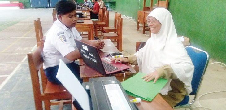 DAFTAR : Panitia pendaftaran peserta didik baru SMKN 1 Cikampek tengah melayani siswa yang mendaftar. Fauzi/Radar Karawang