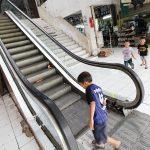 SUDAK TAK BERFUNGSI: Sejumlah anak bermain di dekat eskalator yang sudah tak berfungsi di Pasar Agung, Jalan Proklamasi, Kecamatan Sukmajaya, Selasa (17/7/18). Ahmad Fachry/Radar Depok