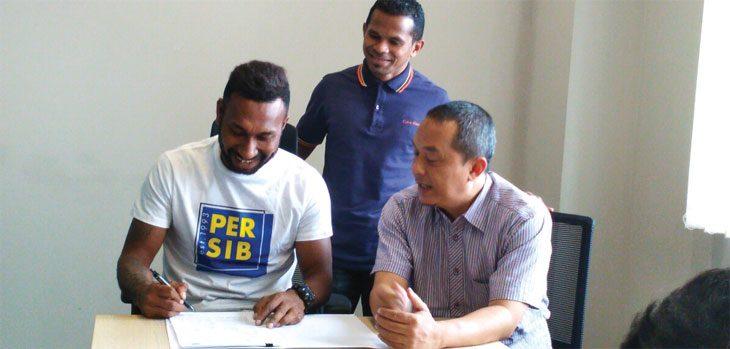 BERGABUNG: Patrich Wanggai resmi bergabung bersama Persib Bandung dan dikontrak enam bulan. FERRY PRAKOSA/ RADAR BANDUNG