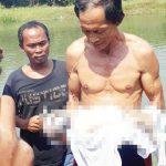 Talim warga Pucung tengah mengangkat bayi yang ditemukan dari saluran irigasi Desa Pucung, Kecamatan Kotabaru. Asep Sopian/Radar Karawang