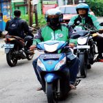 AKTIFITAS OJEK ONLINE: Pengemudi ojek online saat melintas di kawasan Jalan Merdeka Raya, Kecamatan Sukmajaya, kemarin. Ahmad Fachry/Radar Depok