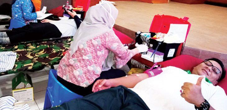 DONOR: Wakil Walikota Depok, Pradi Supriatna mendonorkan darahnya pada rangkaian acara Hari Bhakti Adhyaksa ke58 di Kantor Kejari Depok. RUBIAKTO/RADAR DEPOK