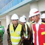 MENINJAU: Presiden Jokowi saat meninjau Bandara Internasional di Kertajati, Majalengka, Jawa Barat, Selasa (17/4/18).  RIANA SETIAWAN/ RADAR BANDUNG